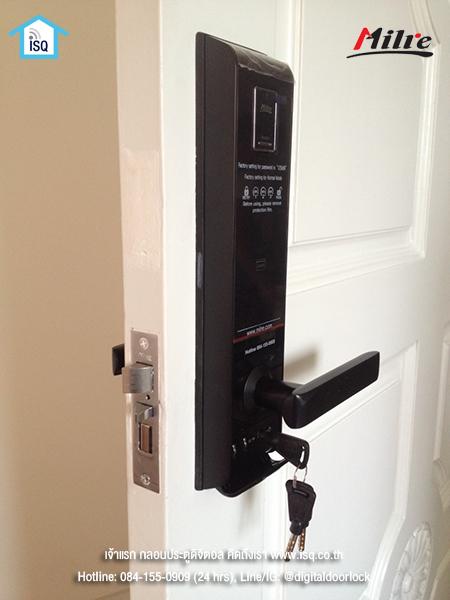 กลอนประตูดิจิตอล Milre MI-6800F บนบานประตูสีขาว 2
